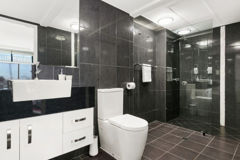 Cairns Luxury Seafront Apartment Main Bathroom